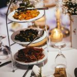 Ein festlich geschmückter Tisch mit verschieden Speisen.