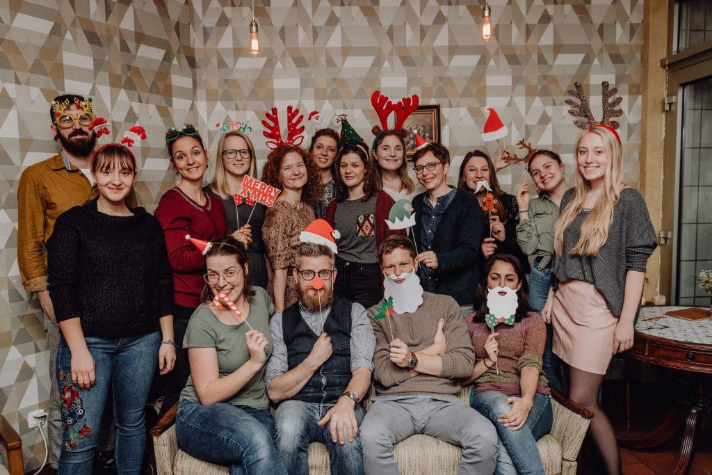 Ein Gruppenbild zeigt das Team des Cafes, alle sind weihnachtlich verkleidet.