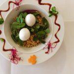 Ein Eblisalat mit Mozzarella von oben fotografiert.