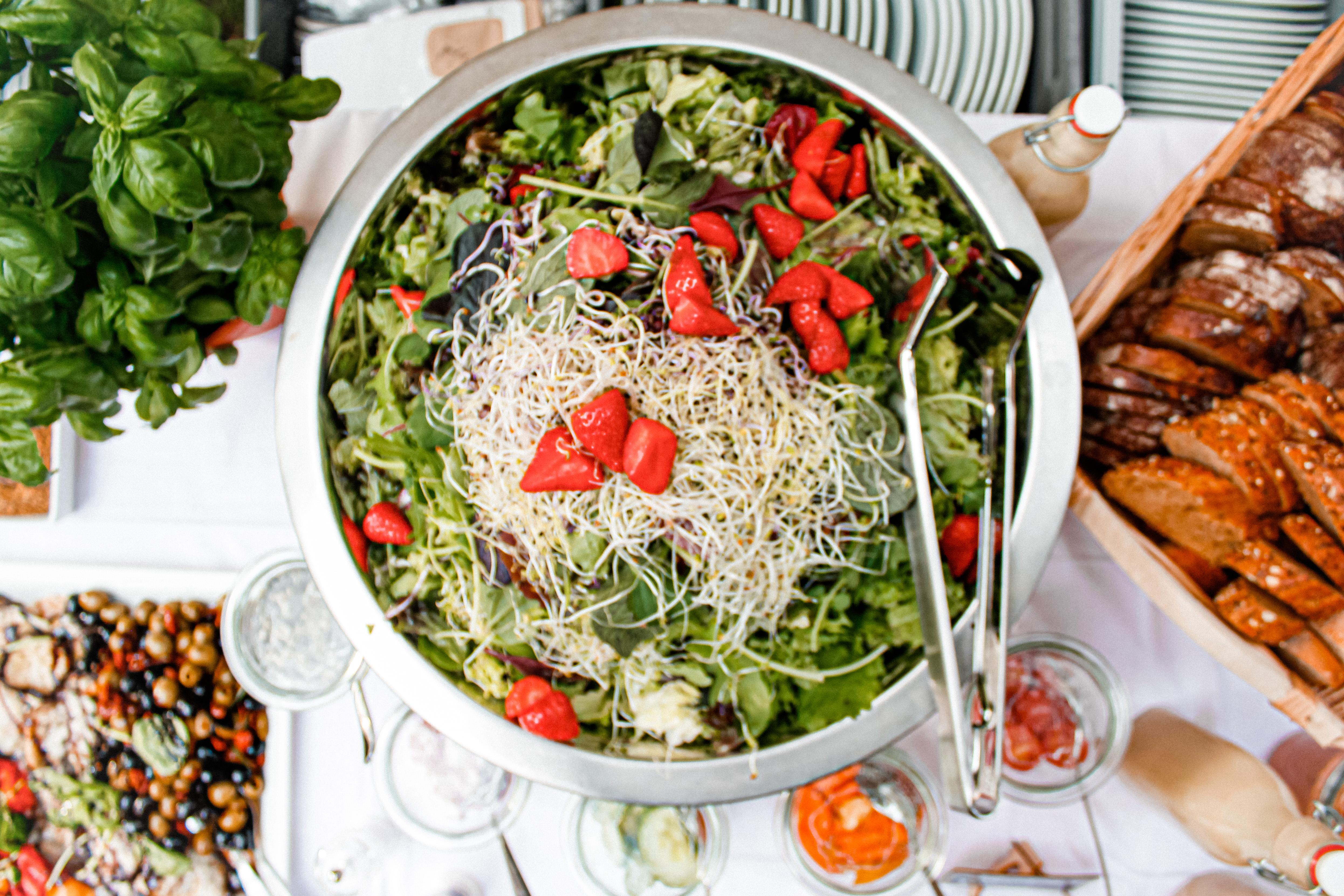 Dekorativ angerichteter Salat für ein Business Catering