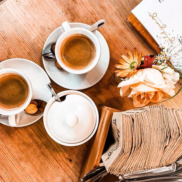 cafe-goldjunge-nippes-tisch